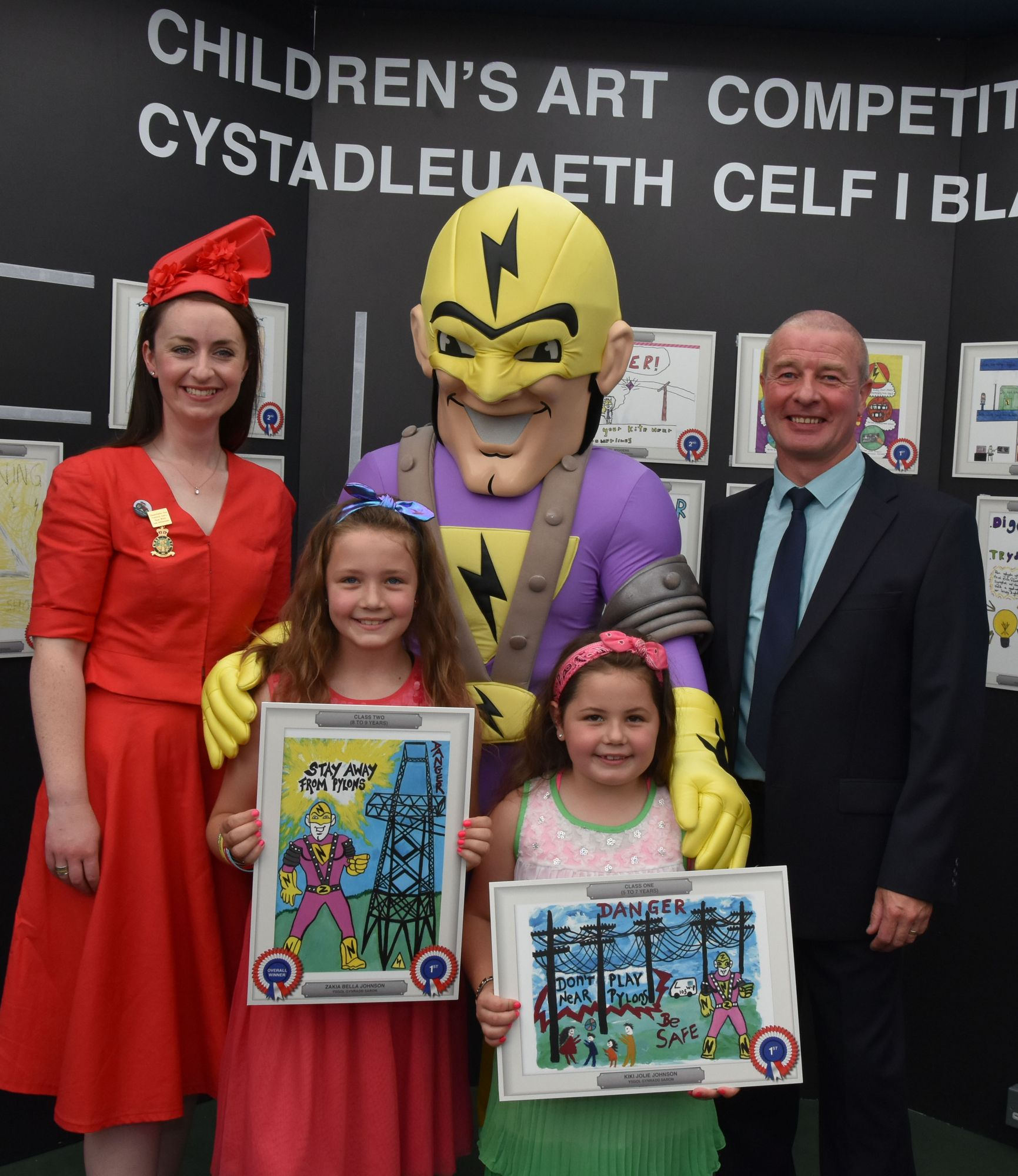 Western Power mascot poses with prize winning kids